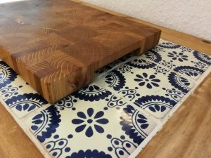 Ein handgemachtes Küchenschneidebrett aus Robinie/Eiche