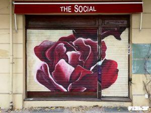 Wandgestaltung Rolladen mit Blüte besprüht